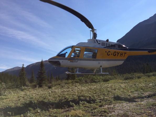 ... Während der Helikopter wieder abhebt und sich im Himmel verliert (Foto: Lisa Feldmann)