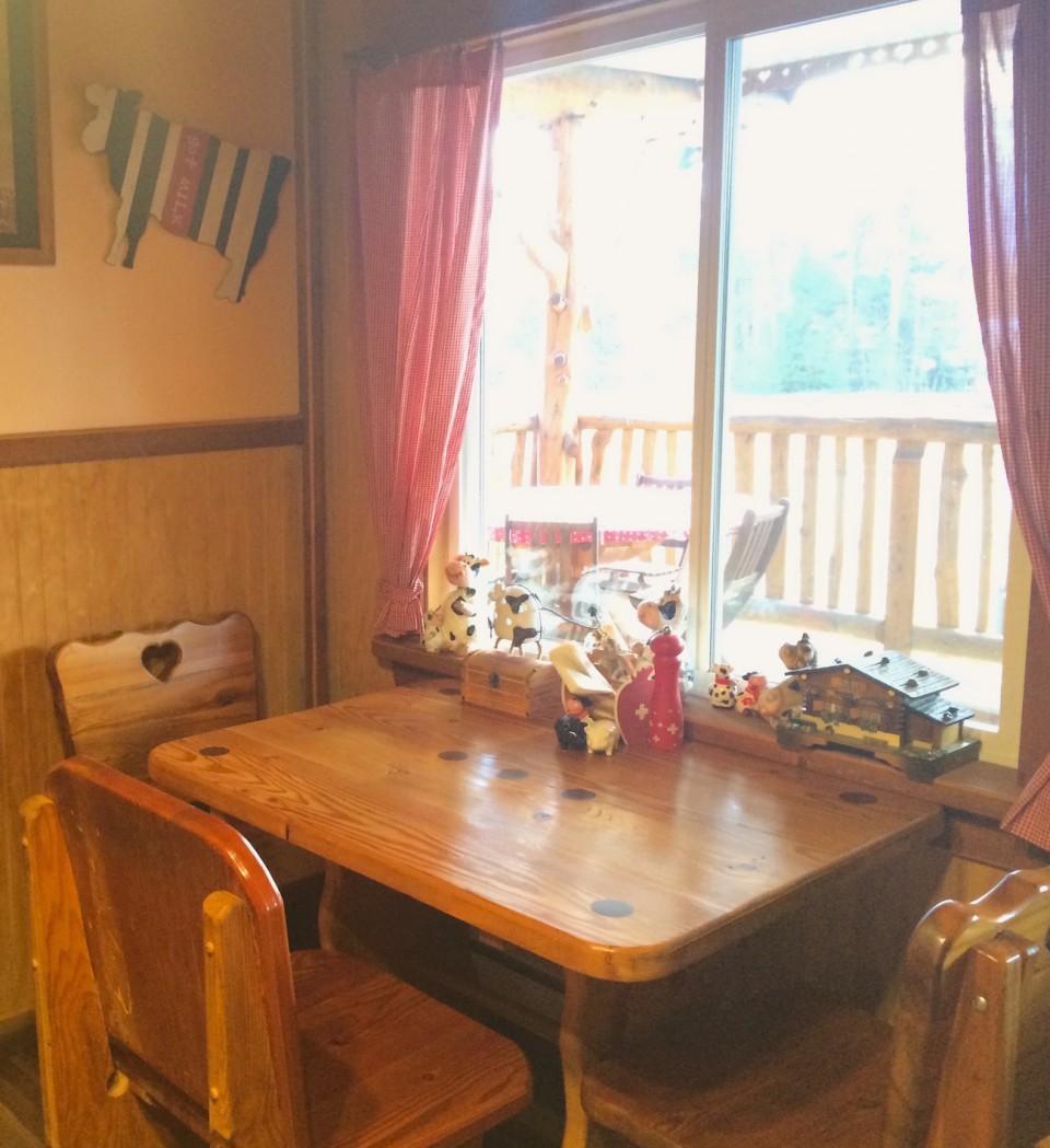Ein Tisch am Fenster gewährt einen wunderbaren Ausblick aus der Swiss Bakery in Valemount.