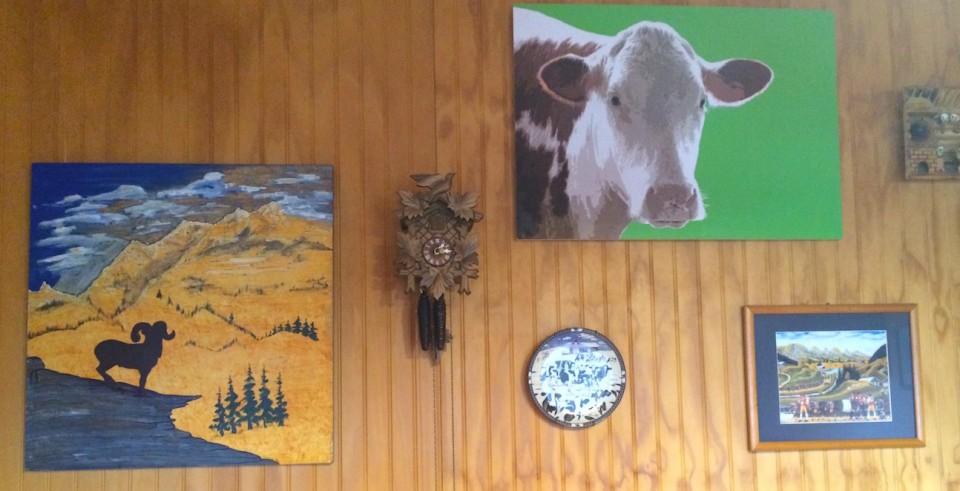 An der Wand der Swiss Bakery hängen Bilder und eine Kuckucksuhr.