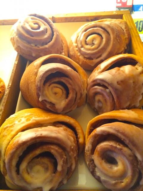 Süße Schnecken im Verkaufsregal der Swiss Bakery.