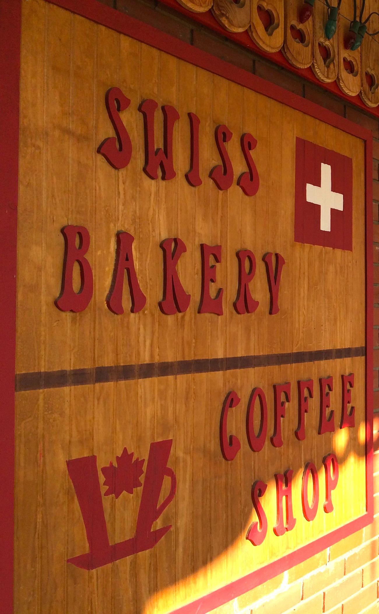Das Holzschild neben dem Eingang der Swiss Bakery in Valemount.