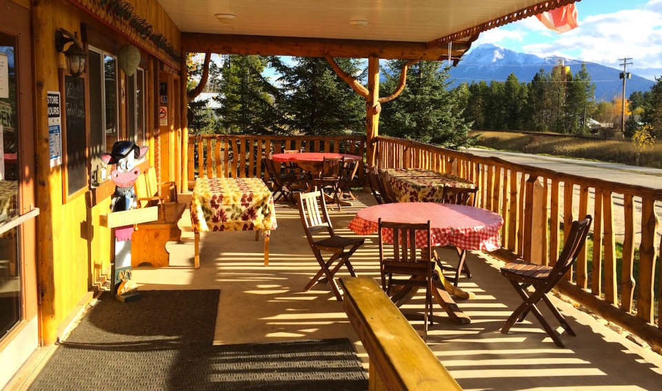 Die Terrasse der Swiss Bakery in Valemount.