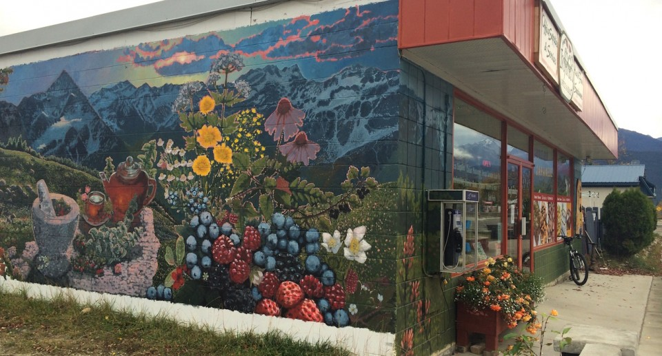 Wie ein Blick in die Unendlichkeit: Das wunderschöne Wandbild auf der Außenseite des Ladens in der 5th Avenue. Foto: Lisa Feldmann