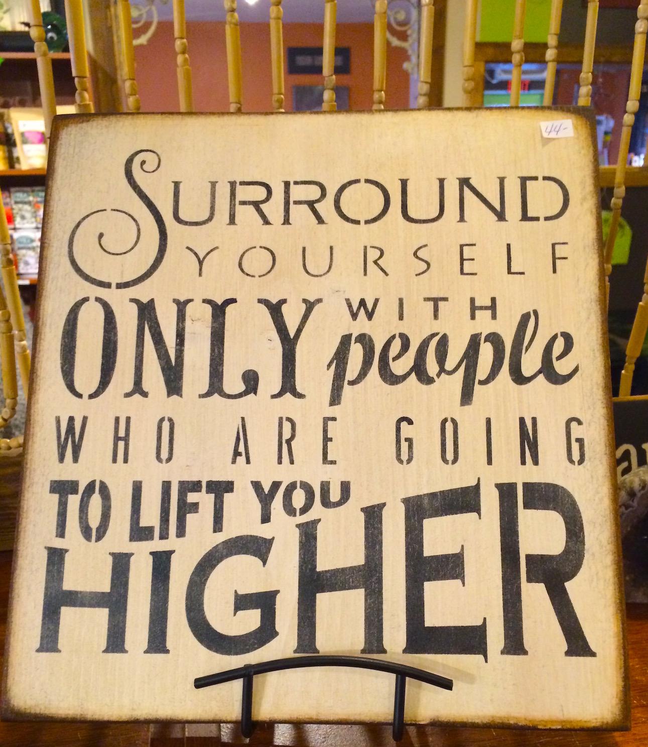 Schilder wie diese lassen einen im Geschenke-Laden des Gathering Tree strahlen.